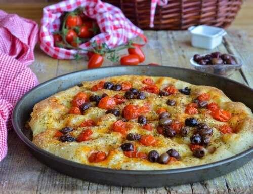 Ricetta focaccia pomodorini e olive, il procedimento perfetto